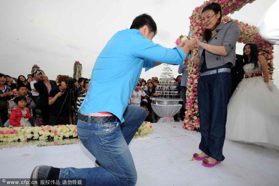 单膝跪地求婚图片