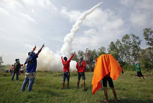 村民们用塑料管,竹子或木头等简易材料做成火箭,然后进行发射火箭的