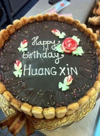 """从当天曝光的生日蛋糕可以看出""""小四月""""的中文"""