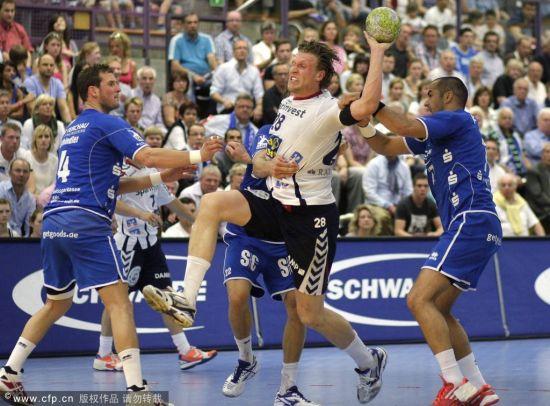 劳尔携爱子观战欧洲杯手球决赛 球赛十分激烈