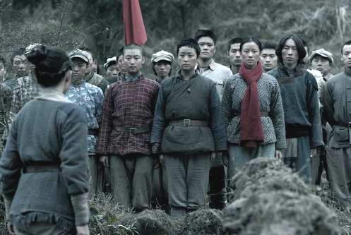 剧中扮演女兵的40名光头美女齐亮相的场景更是狂夺观