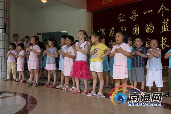 海口佳宝大地国际幼儿园小朋友为福利院孩子们表演《我爱你》.