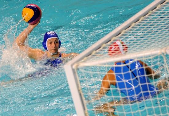 世界女子水球总决赛开战 叶卡捷琳娜进攻