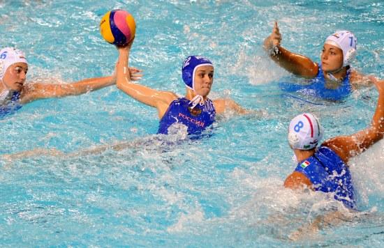 世界女子水球总决赛开战 安娜比赛中进攻