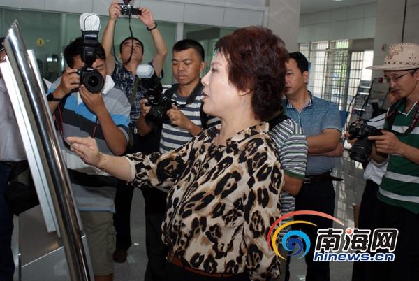 南海网网友观察团走进省政务中心拍砖
