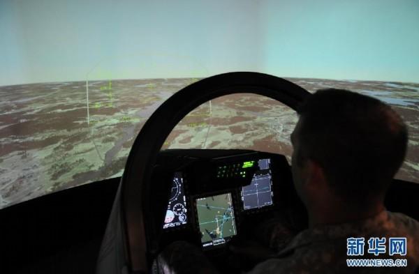 """瑞典国际航空论坛上驾驶瑞典萨博jas-39""""鹰狮""""战机的模拟机高清图片"""