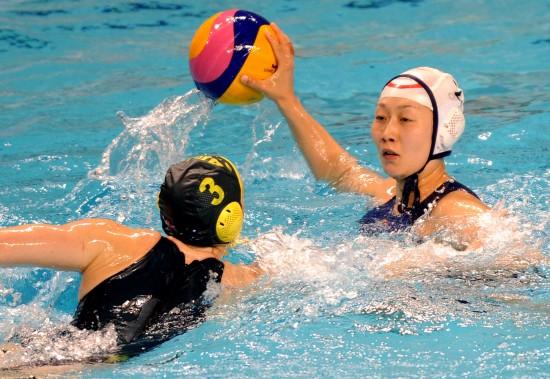 女子水球联赛中国无缘决赛 滕飞比赛中进攻