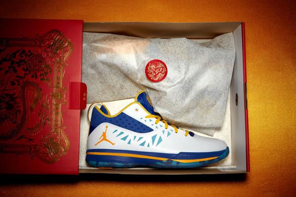 保罗/鞋子采用白/蓝主色,搭配黄色内衬与鞋带,水晶鞋底中可以看到...