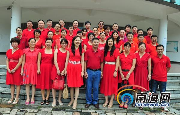 海南侨中高三老师身着红色衣裳为考生加油