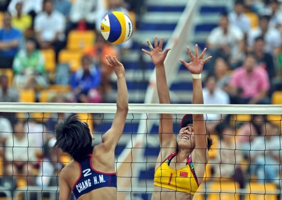 ...防守.当日,在第三届亚洲沙滩运动会女子沙滩排球比赛半决赛