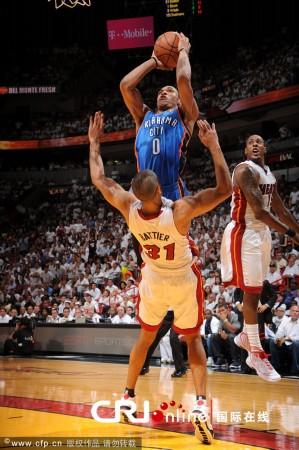 NBA总决赛热火4 1夺冠 詹姆斯首捧总冠军奖杯图片