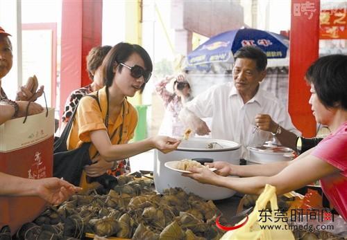 美女 李国祥/道滘美食节现场,一位美女在试吃道滘粽子***时报记者刘春陈栋...
