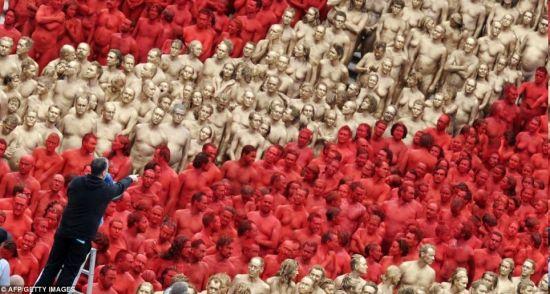 德国顶级人体艺术_德国千余裸体人士喷红漆进行艺术表演(图)
