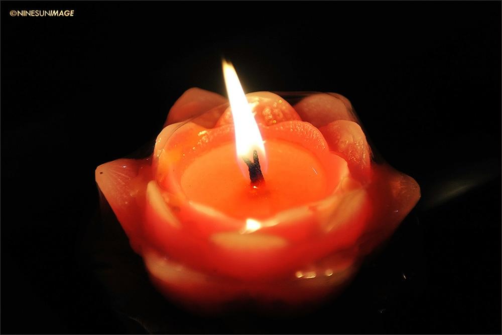 澄迈:金山寺龙水节祈福活动 群众手捧莲花灯