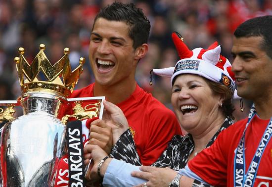 足球巨星和他们的母亲 C罗与母亲庆祝夺冠