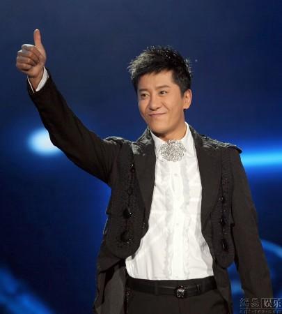 毛宁亮相山东卫视《歌声传奇》再塑时尚型男