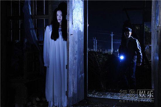 周楚楚《青魇》中白衣女鬼造型.