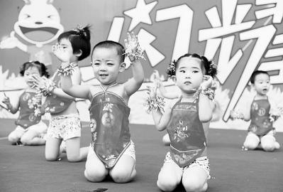 """童星,闪耀未来""""为主题的消夏文艺展演会正在进行,小朋友们以精彩的"""