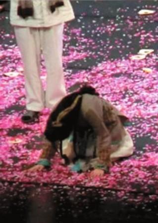 谢娜向观众下跪致歉