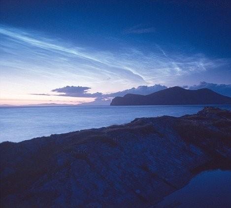 英国出现罕见夜光云 犹如夜空蓝色闪电