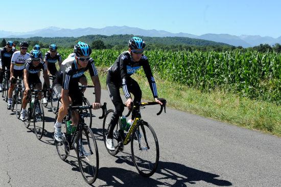环法自行车赛迎第二个休息日 车队轻松训练备战