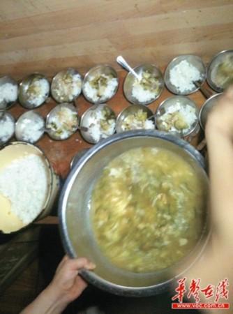 长沙市金帆幼儿园的生活老师正在给孩子们分餐