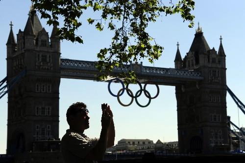 游客在伦敦塔桥拍照