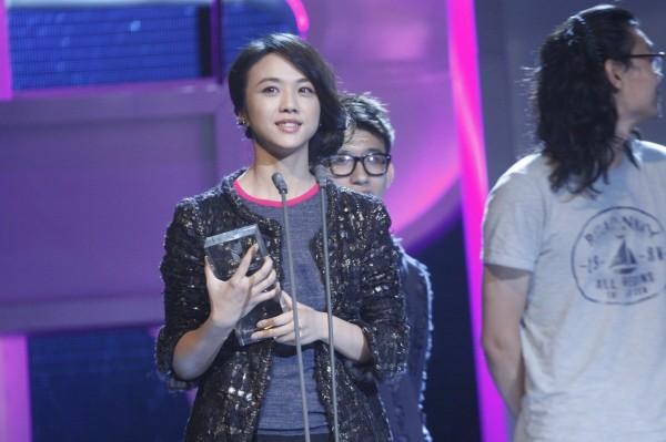 汤唯在颁奖典礼现场-汤唯带伤出席FIRST影展 缅怀北京大雨遇难者