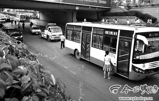 咸阳一男子铁路桥坠下 砸中快车道公交车后后身亡