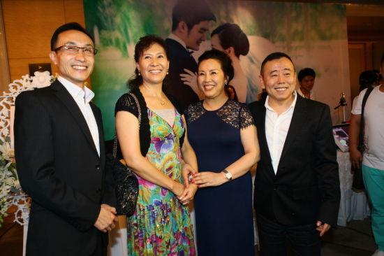 巩汉林夫妇现身潘阳婚礼 潘长江热情拥抱图片