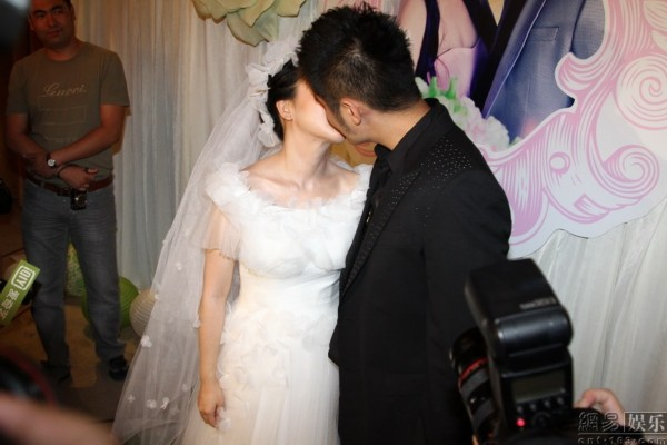 新娘和新郎亲吻.-潘长江嫁女儿 自己哭半宿 新人通过相亲认识