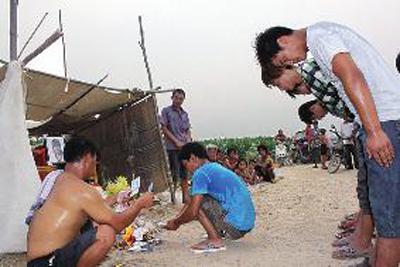 16岁少年为救落水者牺牲 村民自发为其守灵