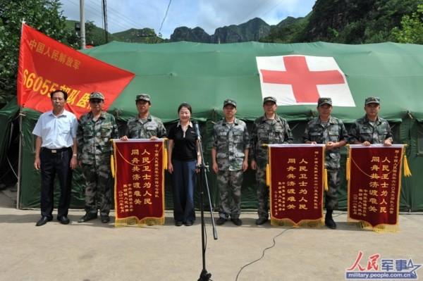 翁奇羽/村民向北京卫戍区某警卫师工兵营送来锦旗。(人民网记者翁奇羽摄)