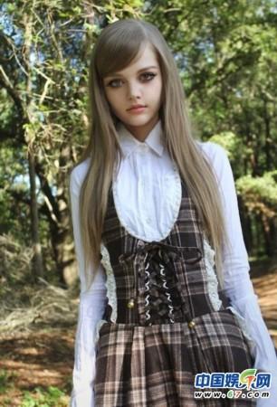 全球美少女集体模仿充气娃娃