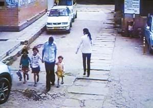 撕衣操屄_昆明某单位宿舍区保安疑似性侵幼女 被警察带走