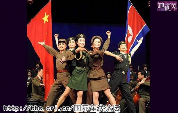 白富美/图为朝鲜文艺兵和中国女兵同台演出。