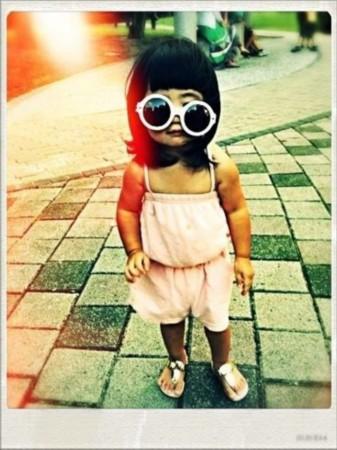 曹格晒可爱女儿迎对台风萌照