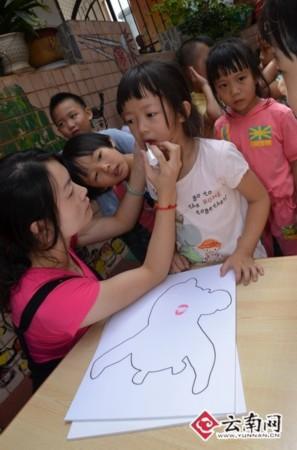 准备画熊猫 (397x600); 小朋友幼儿园的照片_画画大全; 画熊猫图片