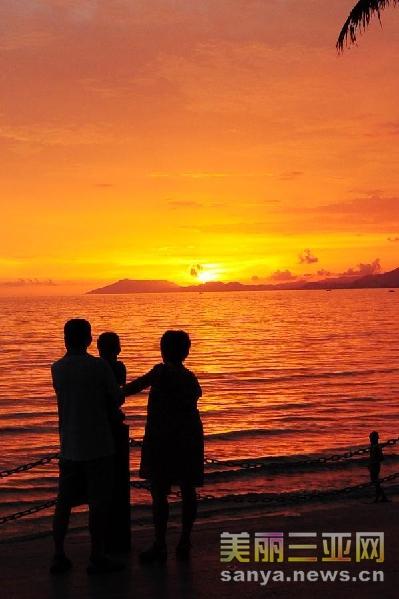 海南三亚:美丽夕阳吸引游人驻足