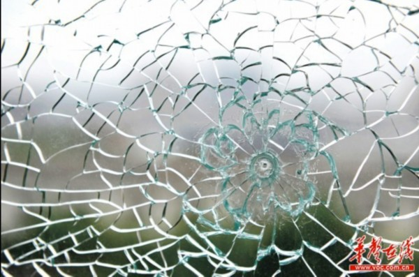 长沙一小区现惊魂枪声钢化玻璃上留有弹孔/图   长沙城南故事小区业主何先生两天前遭遇惊魂一刻。   傍晚,他在家中和几个朋友玩牌,突然听到叭叭两声巨响,他循声走到阳台一看,窗户整块双层钢化玻璃被震裂,上面留下如跳子棋般大小的弹孔。   何先生楼上的邻居也遭遇了同样的袭击。是有人恶作剧还是打鸟时不小心?