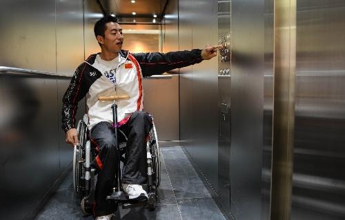 图文:中国代表团残奥村生活 田径队选手刘成明