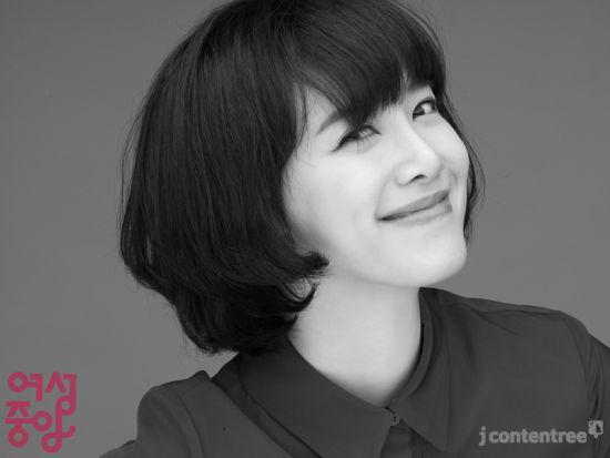 新浪娱乐讯韩国演员具惠善日前为某时尚杂志拍封面,干练迷人的短发