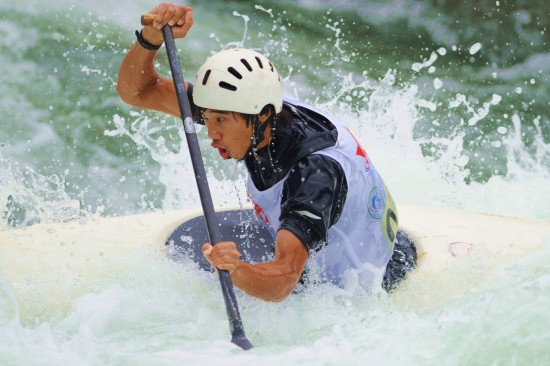全国皮划艇激流回旋锦标赛 选手激流勇进