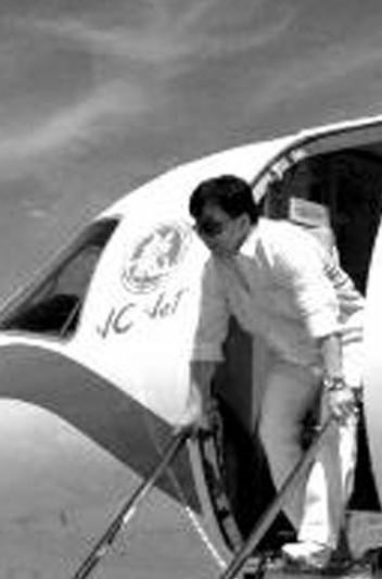 成龙乘私人飞机来开演唱会 空姐自己雇
