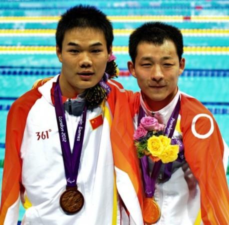 中国选手许庆创世界纪录夺金 与队友郑涛合影