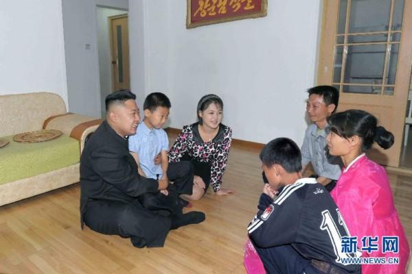 金正恩夫妇走访朝鲜普通家庭展亲民形象(高清组图)