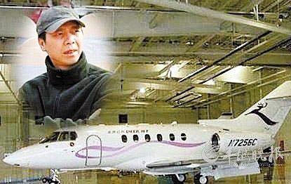 """冯小刚 内地大导演冯小刚拥有一架型号为n7256c的""""低端""""私人飞机"""