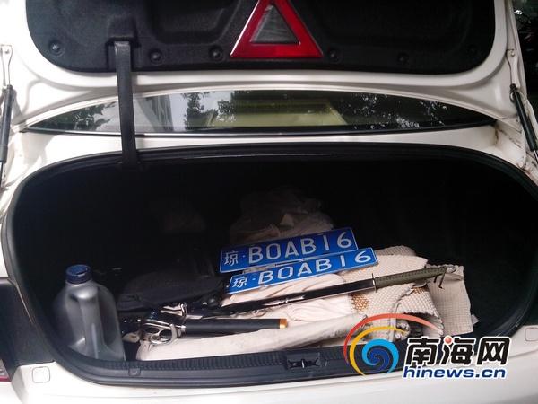 后备箱中发现藏有管制刀具1把和另外的机动车号牌1副 南海高清图片