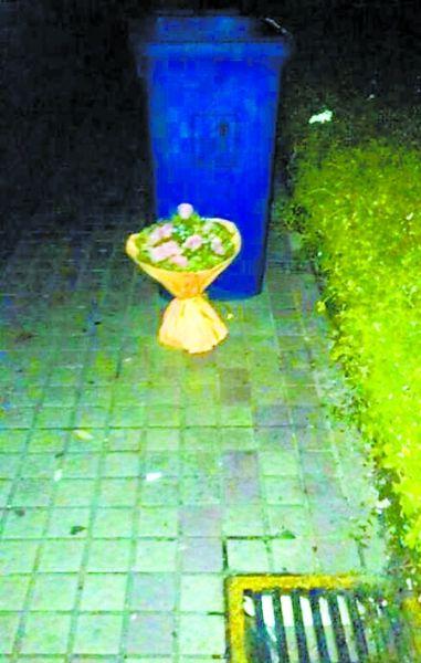 老师把孩子送的鲜花和卡片扔进了垃圾桶里……9月10日教师节高清图片