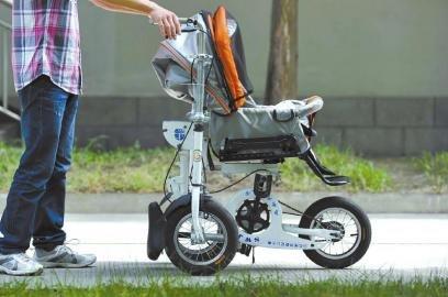 """婴儿车瞬间""""变形""""为三轮自行车,而""""变形""""过程中,用于乘坐婴儿的婴儿车"""